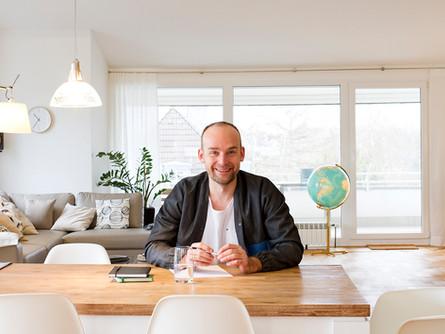 Felix Schlebusch sitzt an seinem Office-Tisch und bereitet sich auf sein nächstes Coaching vor.