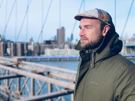 Felix Schlebusch auf der Brooklyn Bridge mit Blick auf die Skyline von Manhattan.