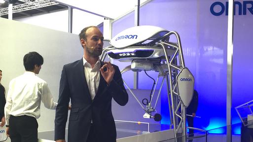 Felix Schlebusch präsentiert auf der Hannover Messe den Tischtennis-Roboter Forpheus für den japanischen Konzern Omron.