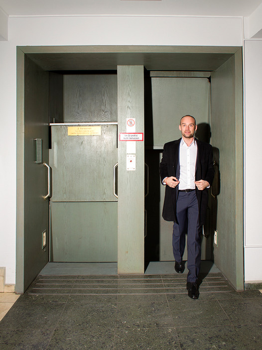 Felix Schlebusch steigt zielstrebig aus dem Paternoster im Deutschlandhaus in Essen.