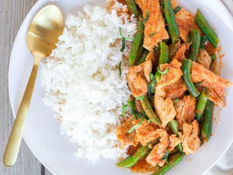 Poulet au Curry Prik Khing, olives, gingembre et lait de coco