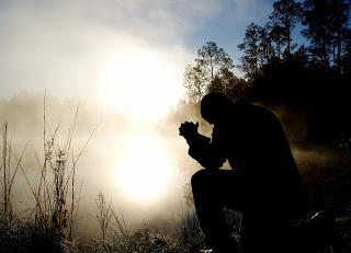 O Deus bom que nos ajuda em todas as aflições!