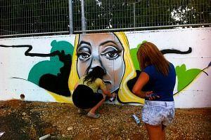 ציור קיר גרפיטי בזמן צביעה