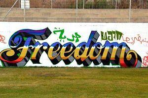 ציור גרפיטי במגרש כדורגל