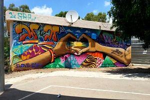 ציור גרפיטי ענק בבית ספר