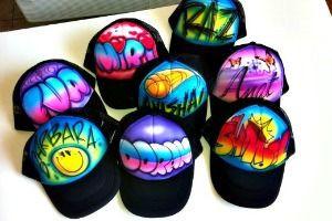 דוכן גרפיטי לכובעים