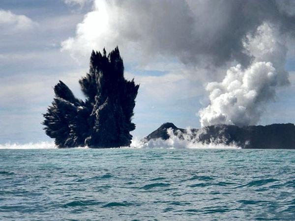 Hunga Ha'apai, à droite - à gauche, le panache cypressoïde noir de l'éruption surtseyenne