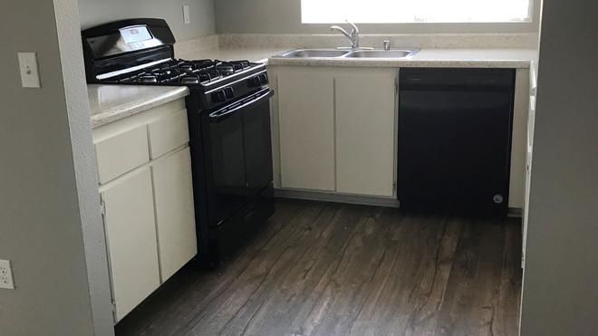 Upstairs 2+2 Kitchen - 900 sq.ft.