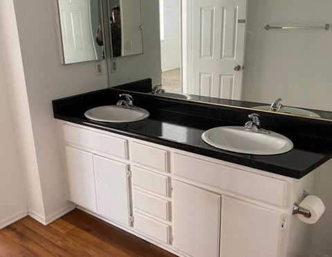 2+1.5 Townhouse - 950 sq.ft. - Upstairs bathroom