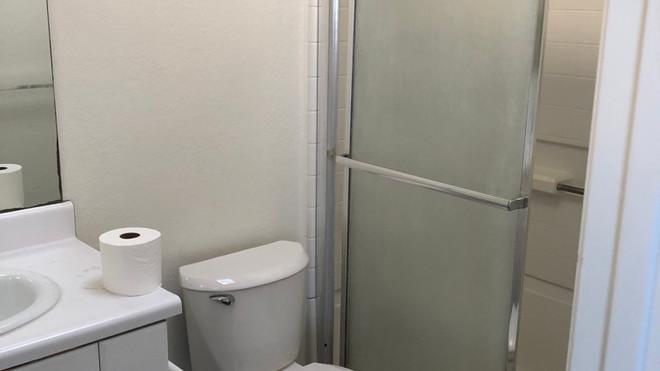 Upstairs 2+2 Master Bathroom - 1,050 sq.ft.