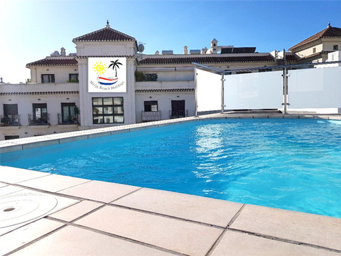 Rooftop swimming pool / Jacuzzi