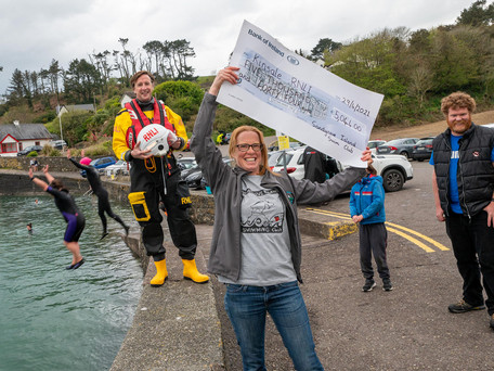 Kinsale RNLI welcomes €5,000 donation from Sandycove Swimmers