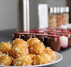 Complétez votre journée d'un joli panier à déposer au centre de votre table de réunion, des gourmandises en tout genre seront à votre disposition.