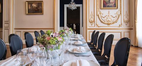Vous souhaitez sortir du traditionnel plateau repas, plusieurs déjeuners à organiser le même jour ? Notre offre « A table » est parfaitement adaptée. Vous pourrez recevoir vos convives en différentes salles pour différents déjeuners. Notre Chef et notre Maître d'hôtel assureront un service mutualisé, comme au restaurant.