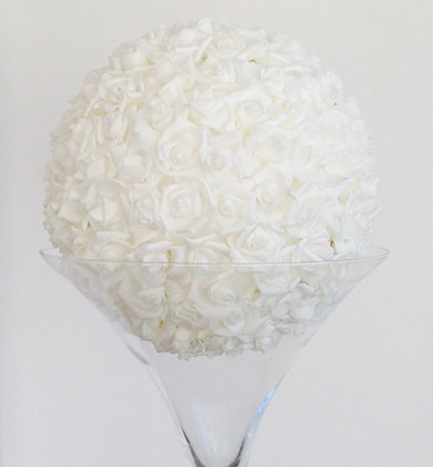 Vase martini et boule de rose
