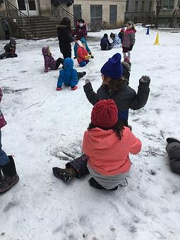 jouer dans la neige.JPG