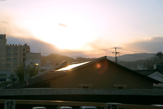 夕日に照らされた東屋さんの蔵