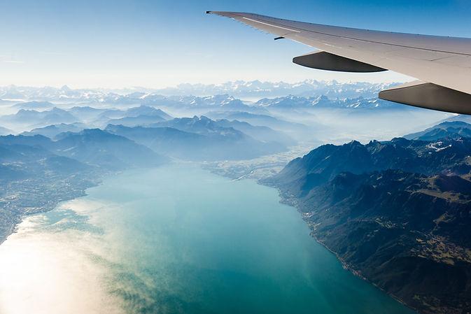 blick-aus-einem-flugzeugfenster-mit-flug
