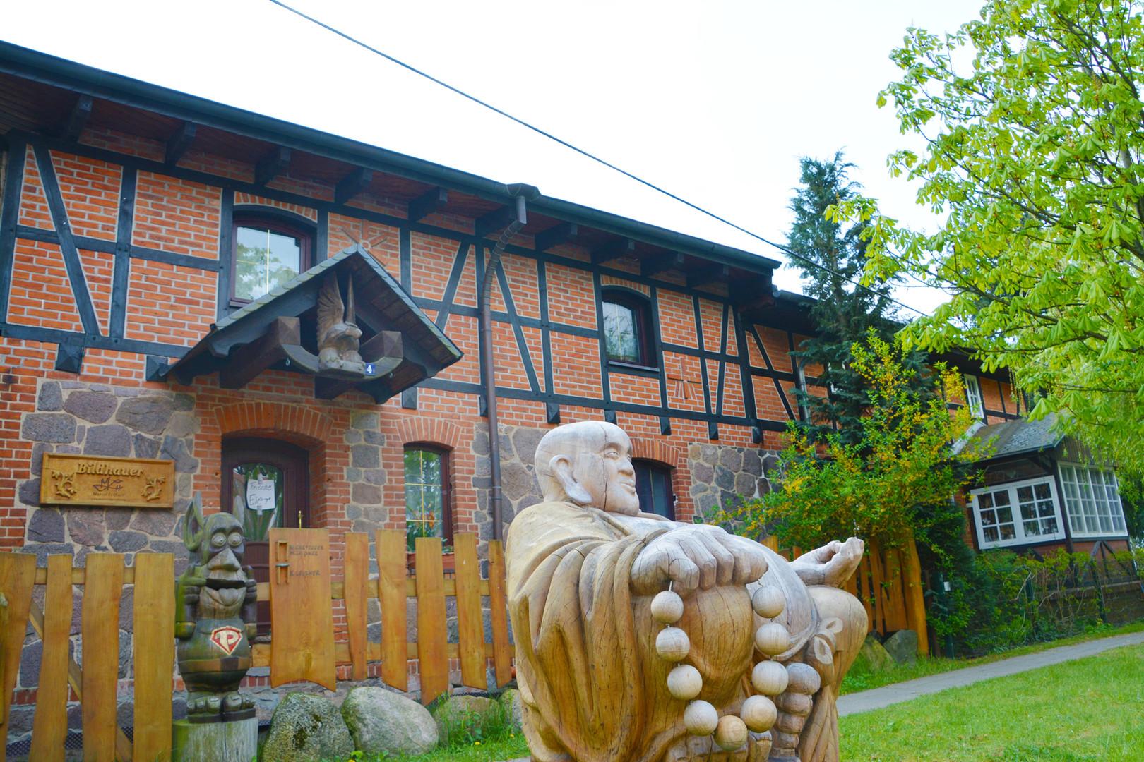Holzbildhauerei in Wilkendorf