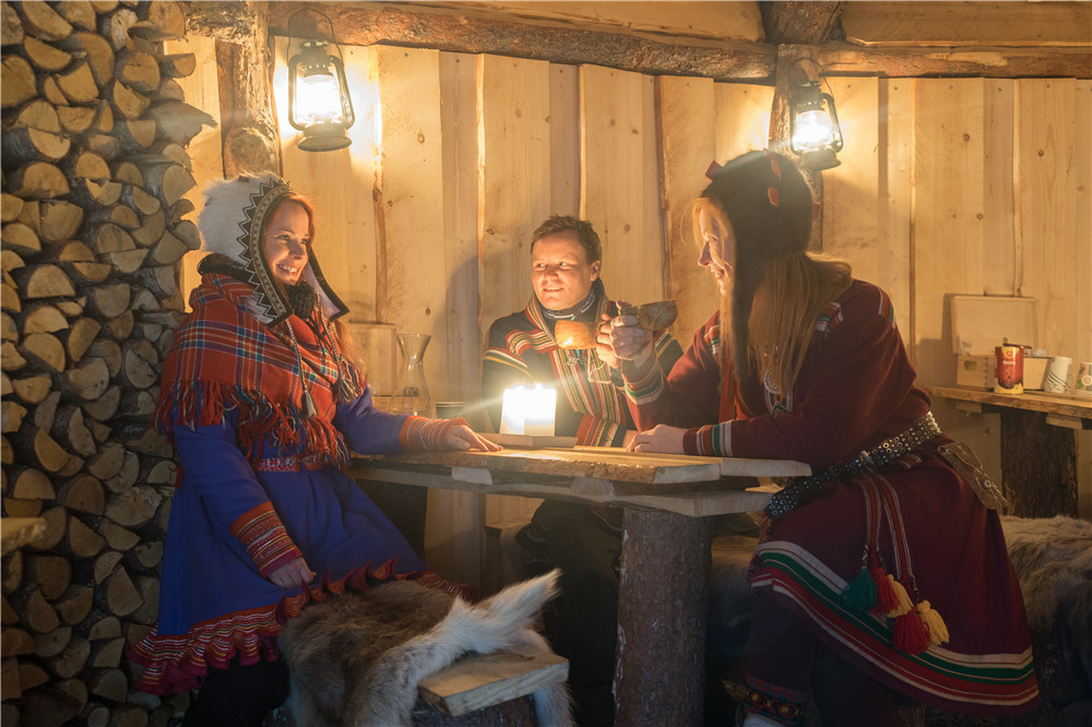 Dinner in gamme, a traditional Sami hut