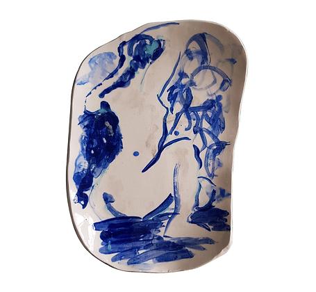 Assiette de forme libre, dessin de nu bleu