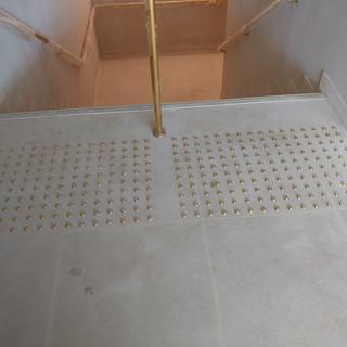 משטח התראה לפני גרם מדרגות ממסמרות פליז