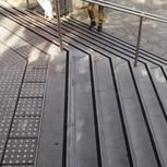פס מעוינים שחור. מדרגות כניסה לבנין מגדל