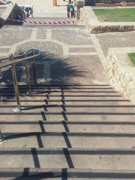 פס מעוינים שחור. מדרגות ירידה לים בחוף יפו.