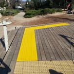 משטח פוליאוריתן צהוב . על דק עץ. קרית טבעון