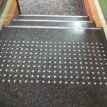 משטח התראה לפני גרם מדרגות ממסמרות שניצל