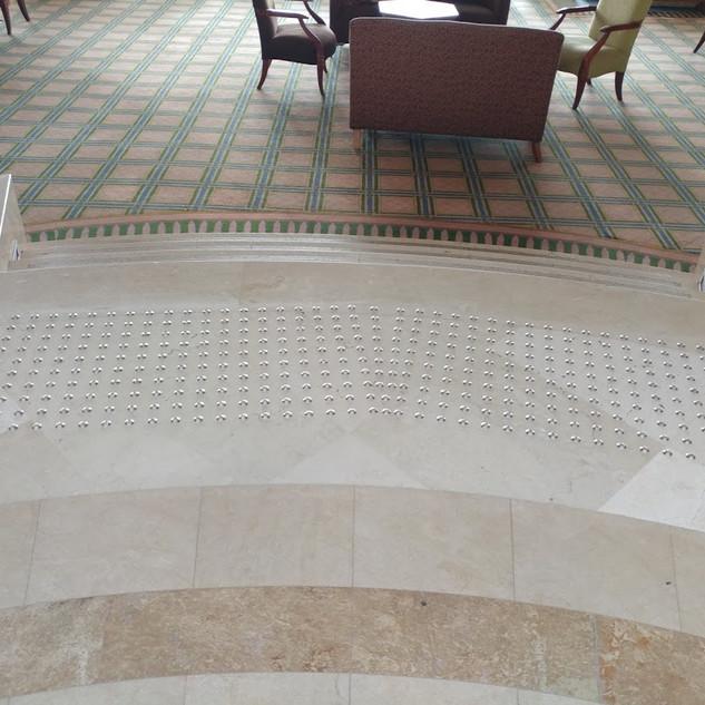 משטח התראה לפני גרם מדרגות ממסמרות מעגלים - בית מלון בנצרת