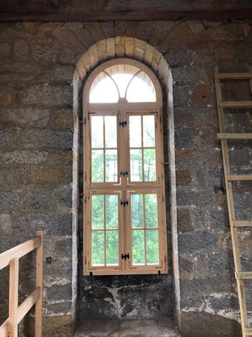 Ein Fenster im Turm und Ausblick