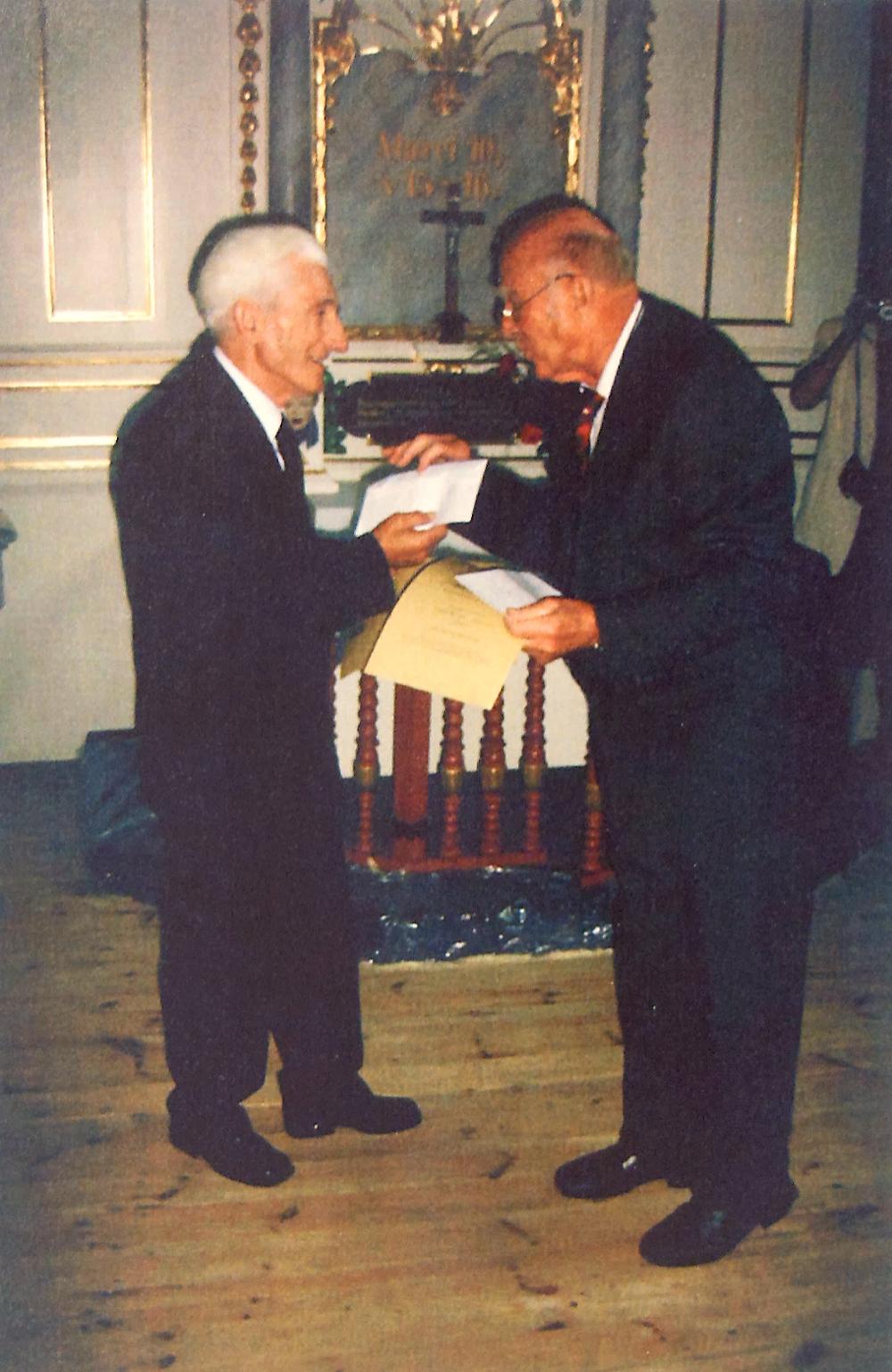 in der Friedenskirche zu Jauer Archivdirektor i. R. Cesław Margas und Gerhard Simon bei der Ehrenübergabe