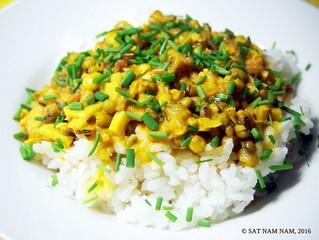 Mungpapu-kookoscurry riisillä