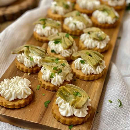 Biscotti Salati con Crema di Ricotta e Carciofi Trifolati