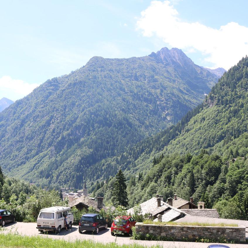 parcheggio tra i monti