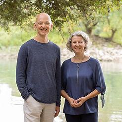 Praxisinformationen die beiden Therapeuten vor einem Fluss