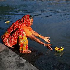 l'offrande du soir - Trivenighat (Inde).