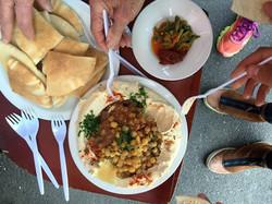 חומוס במסעדת אלנבי במזלג או בפיתה.