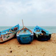 Met kleine bootjes de oceaan op