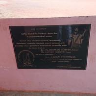 Het plakaat bij de school in Alanchy