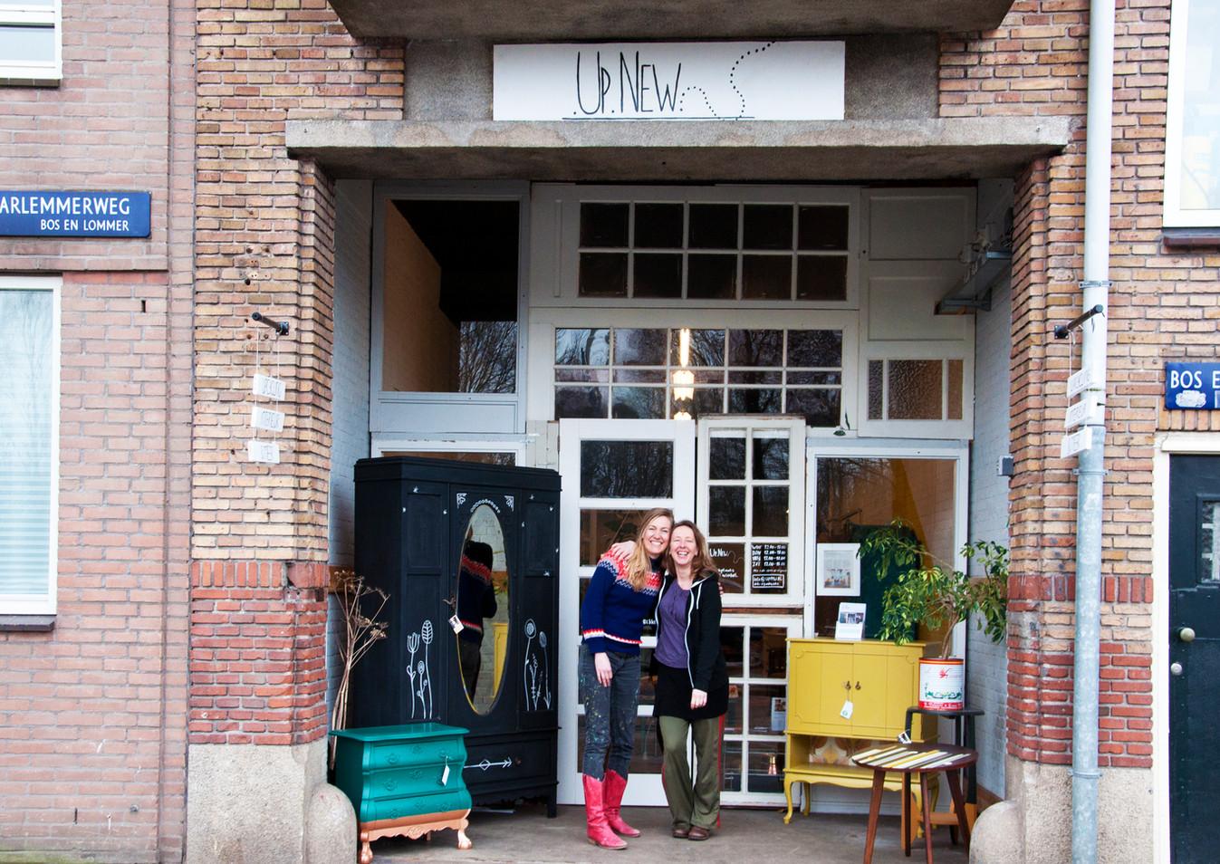 UpNew Rianne en Susanne voor de winkel.j