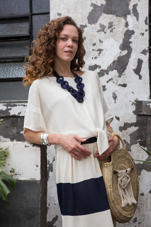 blusa branca e saia de tricô