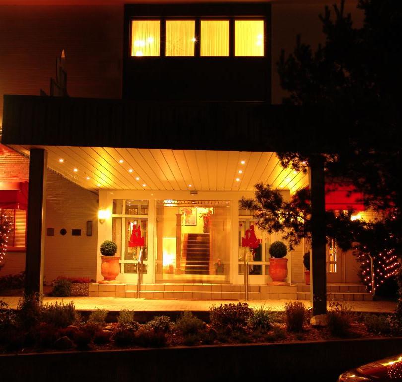 Der Eingang vom Hotel Kieferneck bei Nacht