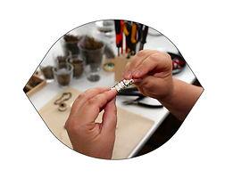 tous les bijoux sont fabriqués à la main par la créatrice dans son atelier en région parisienne, en bordure de forêt.