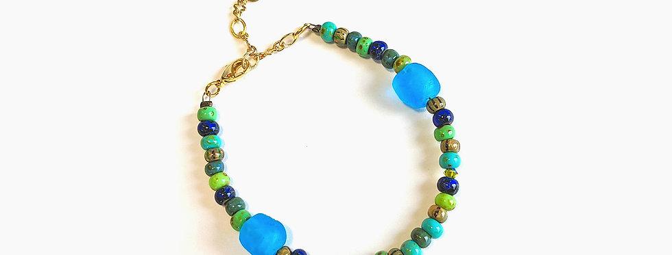 Bracelet aux deux perles bleues