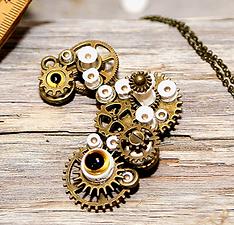 broche pendentif retro industriel, style vintage, steampunk, grunge, goth, gothique, victorien, edwardien, engrenages, rouages, mécanismes, oeil de verre, broche, pendentif, bronze, laiton, vertèbres de poisson, os de poisson, perles en os, perles naturelles, perles africaines, perles recyclées, perles upcyclées, recyclé, upcyclé, ostéologie, vulture culture, ésotérisme, bizarre, étrange, original, made in France, fabriqué en France, artisanal,