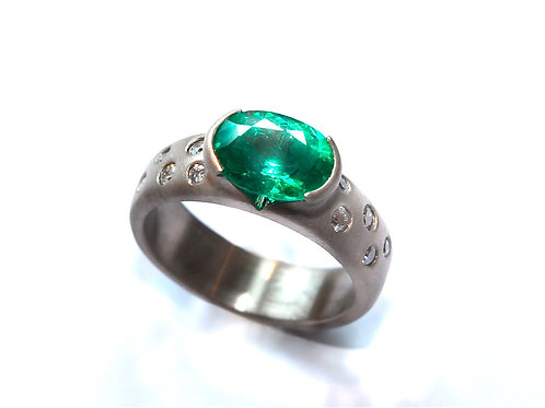 18th white gold ring with emerald and diamonds