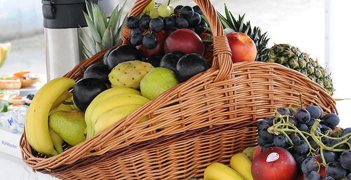 Fruchtkorb beim Brunch.