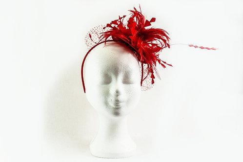 Rode fascinator op 2 manieren te dragen